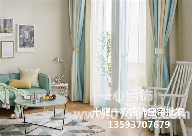 首先,要考虑卧室的整体效果,根据不同的装饰风格,选择相应的窗帘样式、颜色和图案。深色窗帘显得庄重大方;浅色、透光性强的薄型窗帘面料好,能营造庄重简洁、大方明亮的视觉效果。客厅窗帘的颜色最好从沙发图案中选择。比如,白色的意大利沙发上常常装饰着粉色和绿色的图案,窗帘也不妨选择粉色或绿色的面料,这样可以相互呼应。